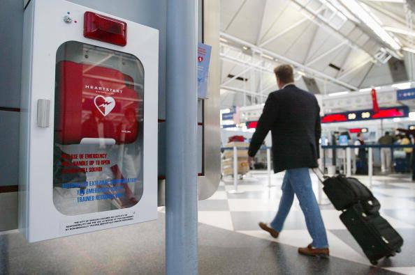 AED Gerät am Flughafen. AED Geräte können leben retten und teil eines Erste Hilfe Kurs.